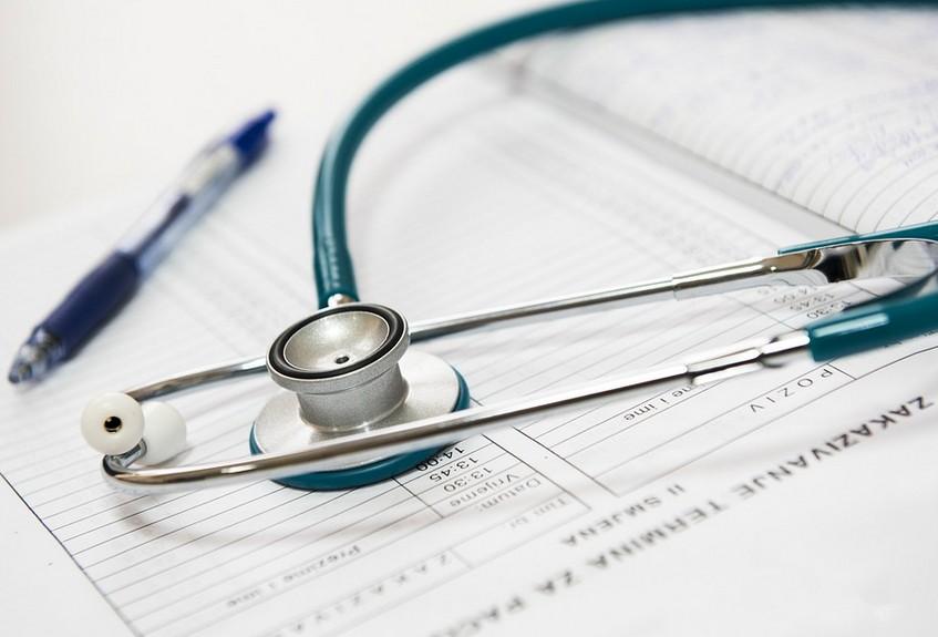 Lunettes, prothèses dentaires et auditives : vers un «panier de soins» de base